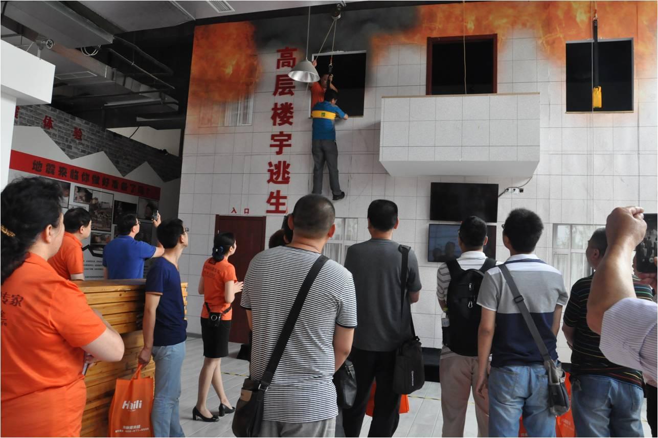中国南车集团员工进行走进基地高层缓降消防技能演习 - 复件.jpg